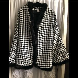 NWOT Houndstooth cape with faux fur trim.